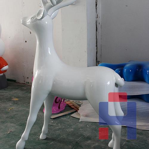 仰头白鹿雕塑